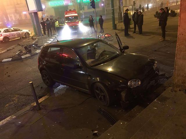 Un șofer beat a lovit un semafor, iar apoi s-a oprit în treptele de la intrarea în Gara de Nord din Timișoara
