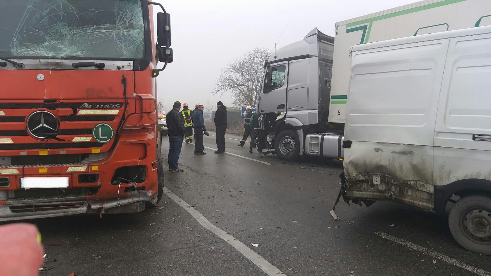 Accident între un microbuz și două autotrenuri, pe centura Lugojului