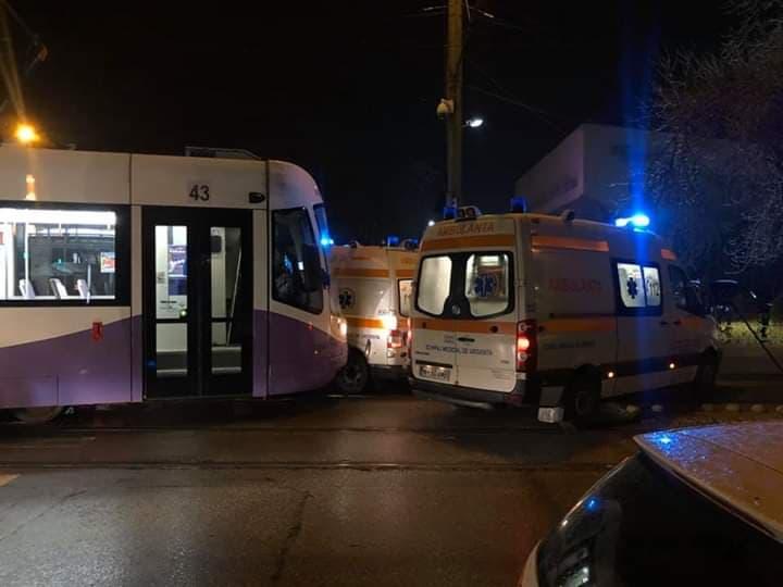 Tramvai Armonia deraiat, după ce a lovit o ambulanță aflată în misiune
