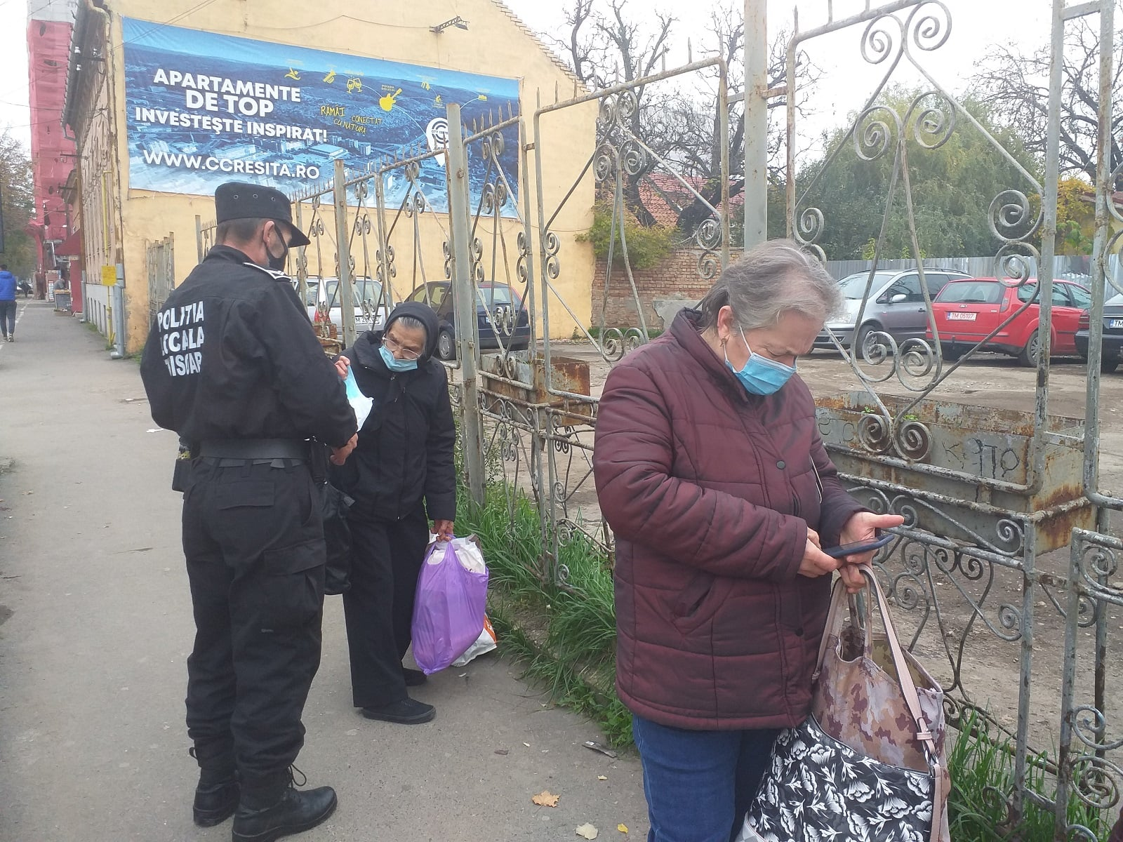 Poliția Locală revine: a împărțit măști vârstnicilor din mijloacele de transport în comun