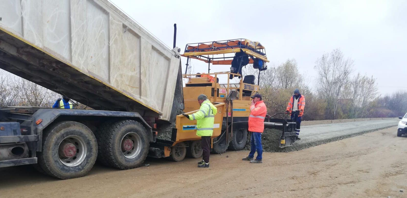 Pregătiri pentru primul strat de asfalt pe un sector din centura Timișoara Sud