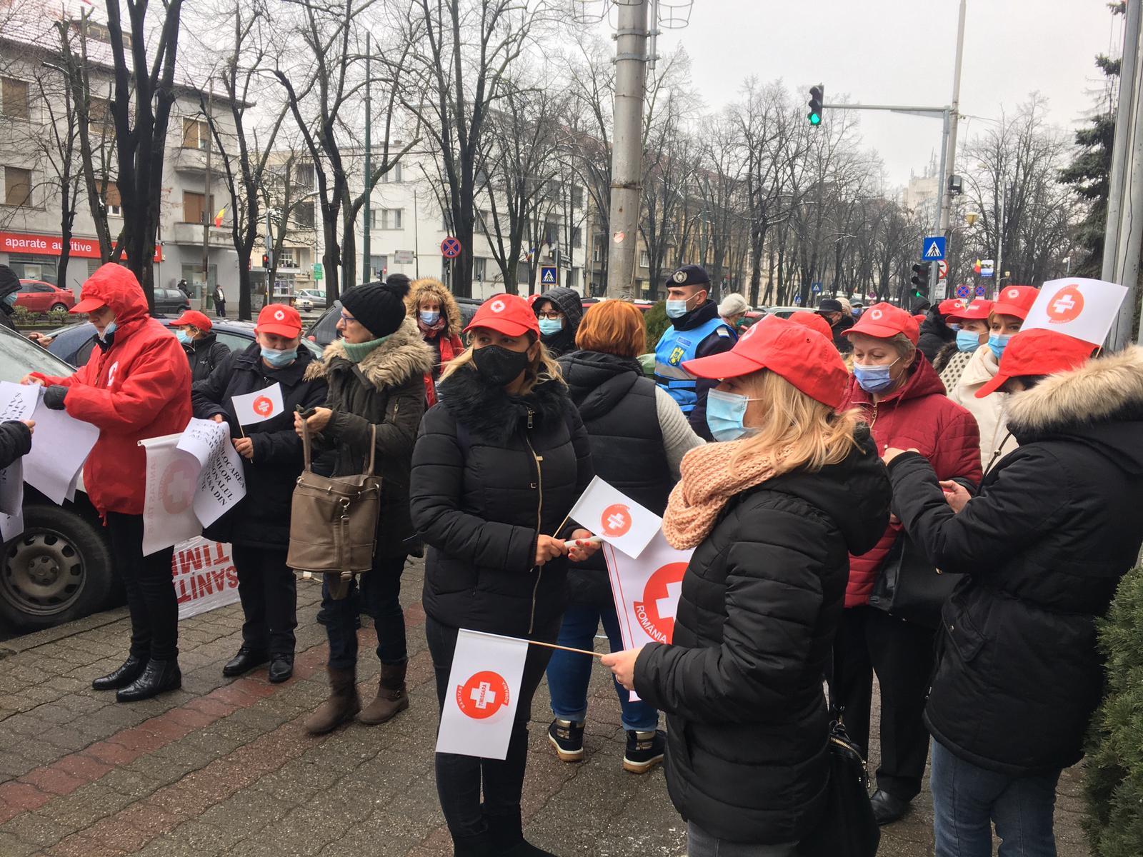 Zeci de angajați din sănătate protestează în stradă, la Timișoara