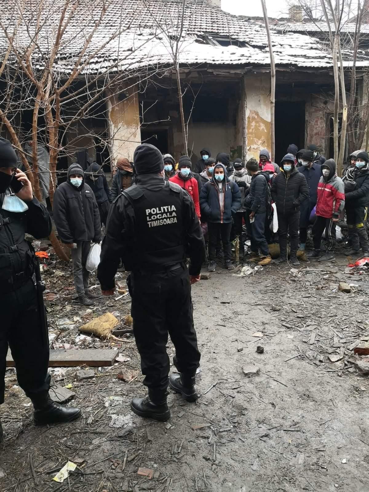Zeci de migranți, depistați într-o clădire de pe b-dul Republicii