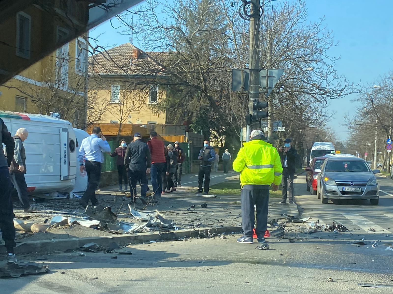Accident cu trei victime și o autoutilitară răsturnată, la Timișoara