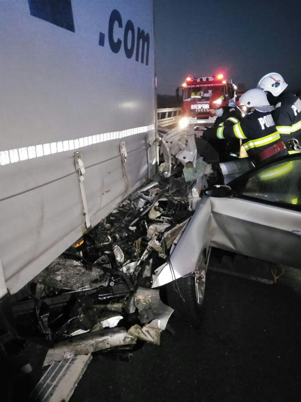 Accident mortal pe A1, aproape de Margina. A intrat cu BMW-ul sub un tir