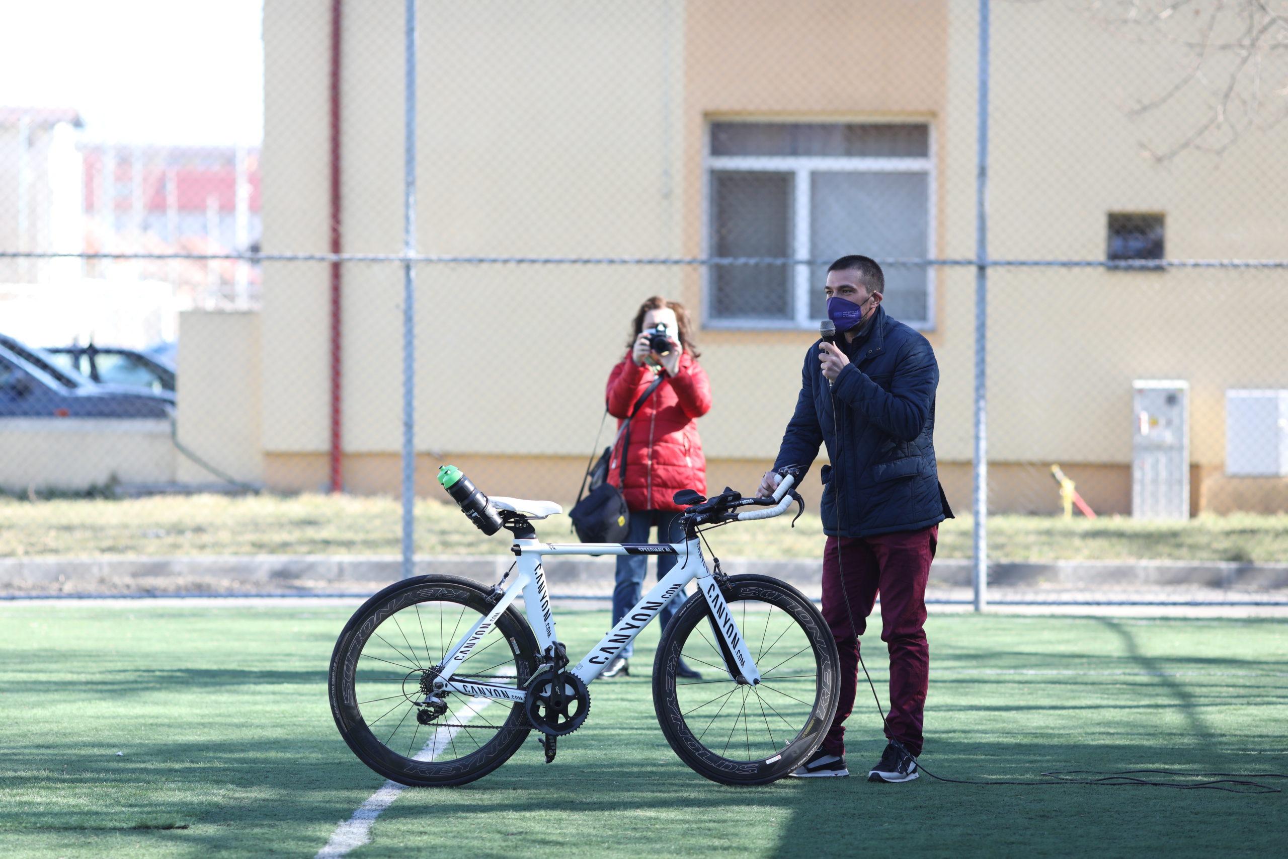 Ciprian Bălănescu își prezintă bicicleta în fața copiilor de la LPS Banatul